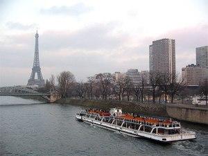 bateau_mouche_sur_la_seine_paris