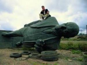 fallen_statue_of_Lenin