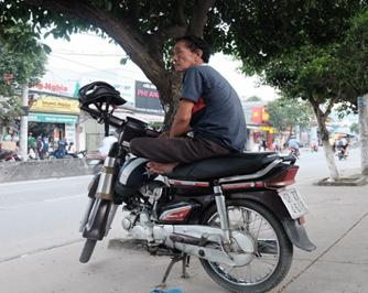 Image result for Người chạy xe ôm bến Ninh Kiều